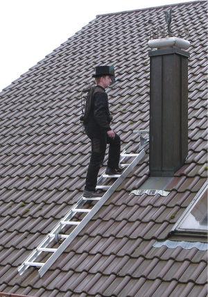 Aluminium dachleitern von der g nzburger steigtechnik bieten sicherheit in zahlreichen - Location echelle de toit ...
